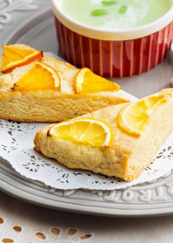 さわやかな風味が最高~♪シトラスヨーグルトスコーンです。 レモンとヨーグルトでさっぱりと味わえます。材料をビニール袋に入れて混ぜてから成型し、表面にはオレンジやレモンの輪切りをおしゃれにトッピング!生クリームを添えて召し上がれ♪おもてなしにもおすすめです。