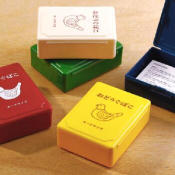 同じシリーズで、一回り小さい道具箱もあります。名刺がぴったり入るサイズで、カードの他にクリップや消しゴム、スタンプなどを入れても良さそうです。