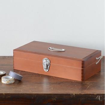 ツガ材でできた道具箱は金属の留め具や持ち手がクラシックで上品な印象です。しっかりとした作りなので、一度買えば一生使える道具箱になります。