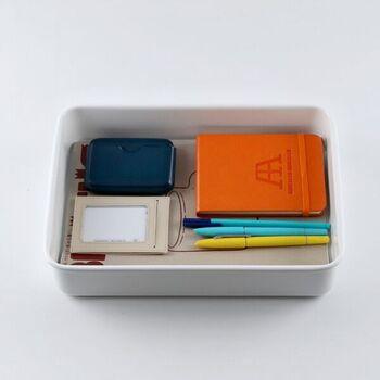 中は仕切りが無く、適度な深さのある定番の道具箱の作りです。ノートやペンなどをざっくりと入れられて便利そうです。