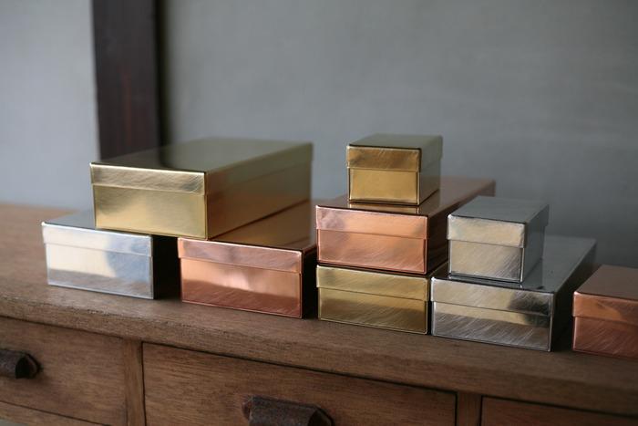 同じシリーズで、ブリキや銅の箱もあります。サイズも豊富なので、書類入れとして使ったり、文房具やはんこ入れに使っても素敵です。