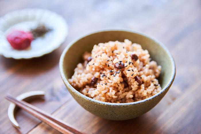 玄米のボソボソとした感じが苦手な方は、玄米を炊いて3日保温しておくことでもちもちに仕上がる「寝かせ玄米」を作ってみましょう。塩麹を入れることで冷めてもおいしくいただけます。
