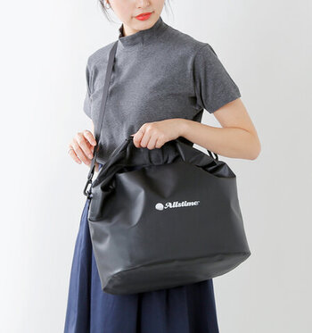 夏になると水濡れに強い保冷レジャーバッグがあると安心。防水性のナイロンバッグに保冷バッグが入っており、保冷バッグは取り外し可能。  ツルッとしたナイロン素材で泥汚れがついてもすぐきれいに。川遊び、海、プールなどのアウトドアシーンに最適な保冷バッグです。