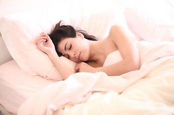 お肌のターンオーバーは睡眠中に分泌されるホルモンによって促されます。睡眠の時間が足りなかったり質が悪かったりすると、お肌の生まれ変わりがスムーズに行われません。古い角質が残ってしまうと、くすみや肌荒れの原因に。