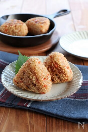 温かいご飯に、鮭フレークと白いりごま混ぜて作る簡単焼きおにぎり。スキレットで焼くと、表面がカリッと香ばしく仕上がります。