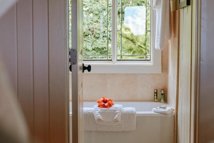 バスルームは美ボディ・美肌づくりにぴったりな場所。湯船につかると身体が温まって程よく水圧がかかり、血液やリンパの流れがスムーズになります。気になるむくみがすっきりしますし、血行不良によるくすみの改善にも◎