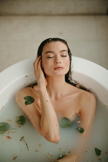 ゆったりとお湯につかることでリラックス効果が得られ、睡眠の質を高めてくれる効果もあります。ストレスで発生する肌荒れやニキビの防止にも。