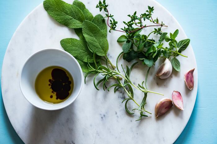 市販のドレッシングやソースは美味しいけれど、味や旨味が濃いため、どんな食材を絡めても似た印象になってしまいがち。手作りすることに慣れると、その時々で濃さや風味を変えることができ、マンネリも解消できます。香り高いハーブ類は、食材の味をうまくまとめてくれたり、アクセントを付けてくれる優れもの。乾燥させたり、冷凍したり、オイル付けにしたり、保存や活用方法も色々。お酢につけておくだけのにんにく酢も、炒め物の仕上げなどに使えて重宝します。