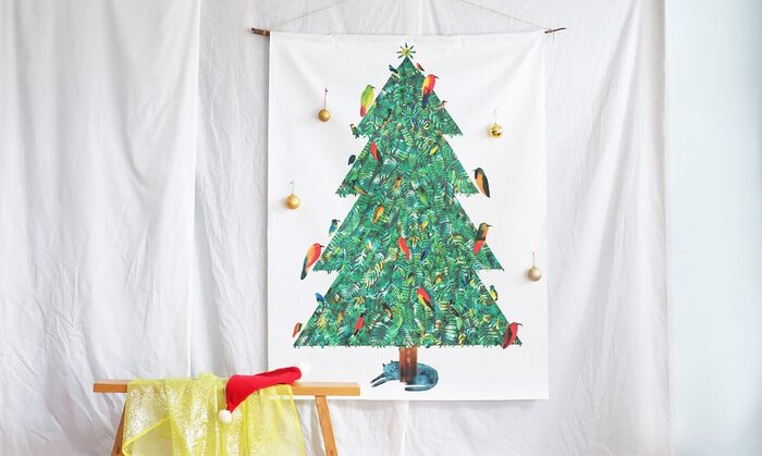 クリスマス気分が満喫できる素敵なデザイン♪ツリーは飾るスペースを確保するのが大変ですが、タペストリーなら簡単に取り外しができますね*