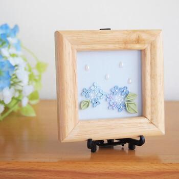 あじさいの花をモチーフにした、つまみ細工のインテリアです。白木の額縁が、爽やかさを引き立ててくれますね。スタンド付きなので立てて飾ることもできます。小さくてもしっかり季節を感じさせてくれる存在です。