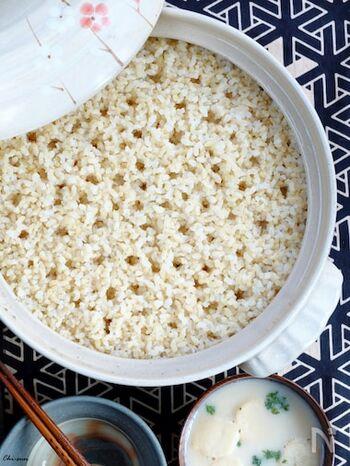 土鍋をお持ちの方は、白米のように土鍋で玄米ご飯を炊くこともできます。こちらのレシピで紹介されている「びっくり炊き」は、水に浸けておく時間が不要なので、すぐに食べられます。