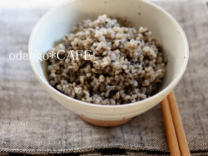 炊いた玄米にごま塩をふるのではなく、玄米とごま塩を一緒に炊いた玄米ご飯のレシピ。玄米に味がよく染みていて、おにぎりにするのもおすすめです。