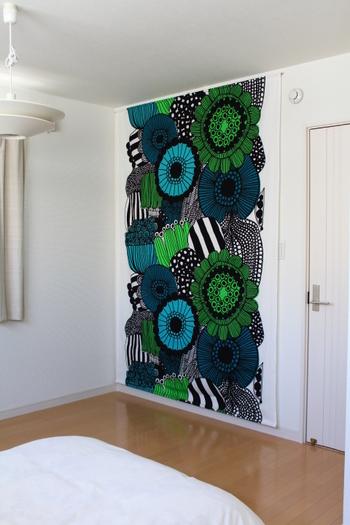 大判のものは存在感があり、一枚飾るだけでガラリとお部屋の印象を変えることができます。広い壁面があるお部屋に飾って、インテリアの主役にしてみましょう*