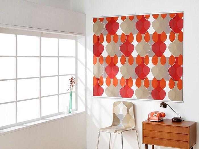 まずは人気の北欧デザインから。大胆な色や柄でもお部屋に馴染みやすいのが魅力です。他のインテリアグッズと同系色のものを選ぶと統一感が出ます。