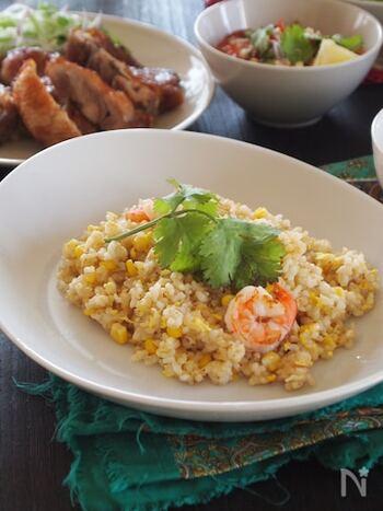 玄米の香ばしさが香る、玄米ととうもろこしを使ったナンプラー風味のチャーハン。とうもろこしのみずみずしくプチプチとした食感が玄米にもぴったりです。