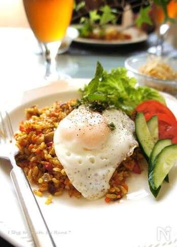 インドネシアの屋台メニューとして人気なナシゴレン。固めの玄米は炒めることで食べやすくなります。きのこやピーマン、にんじんなど野菜も摂れるレシピです。