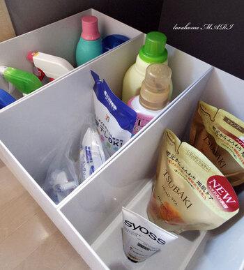 お掃除用洗剤、洗濯洗剤、シャンプー類など、カテゴリーごとにボックスを分けると機能的。ボックスの高さが絶妙なので、ストックの残量が一目瞭然なのも便利ですね。