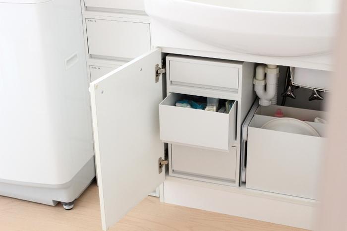 無印の引き出しタイプの収納ケースは、細々したものの収納にとっても便利。こちらのブロガーさんの洗面台下には、深型2つと浅型1つを重ねたらちょうどよい高さになりました。
