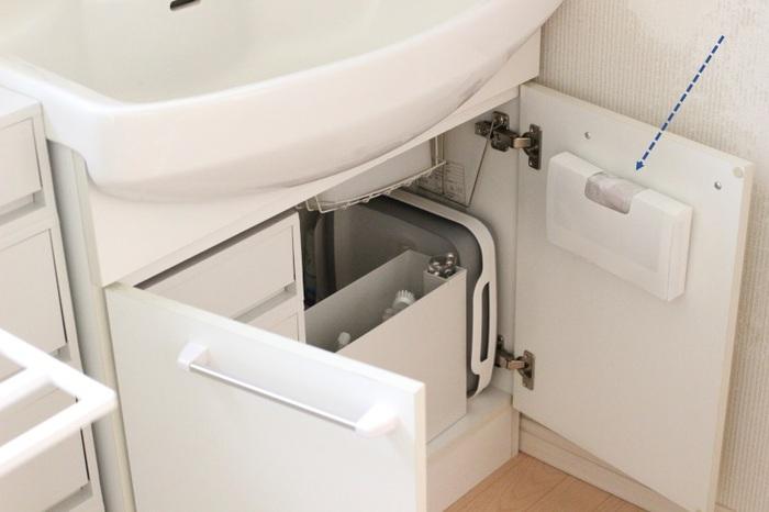 こちらのブロガーさんは、洗面所にゴミ箱を置かず、小さなビニール袋にゴミを入れるようにしているそうです。ビニール袋は洗面台下の扉の裏に収納。立ったまま取り出せて機能的ですね。