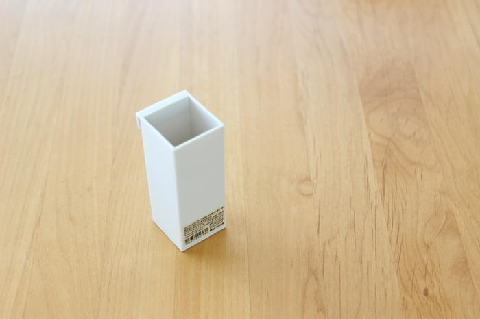 こちらは、無印のペンポケット。収納ボックスのフチに掛けて使える便利グッズです。細々としたものの収納に使えるアイテム。