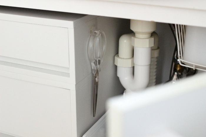 洗面台下に設置した引き出しの横にフックをペタリ。そこにはさみを掛けておけば、失くす心配もなく、使うとき取りやすいですね。