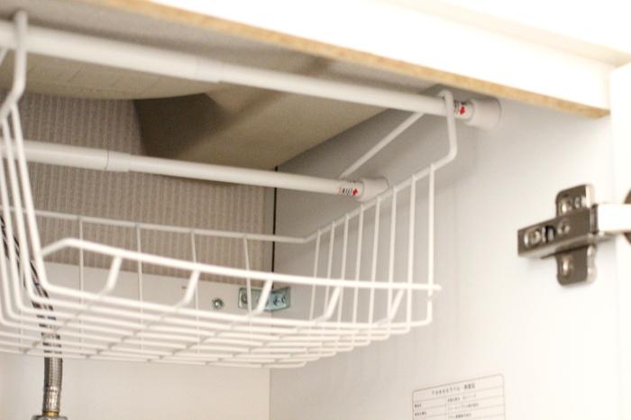 ねじもドリルも使わないので、設置もとっても簡単!たったの300円で収納スペースを新たに作り出せるグッドなアイデアです。