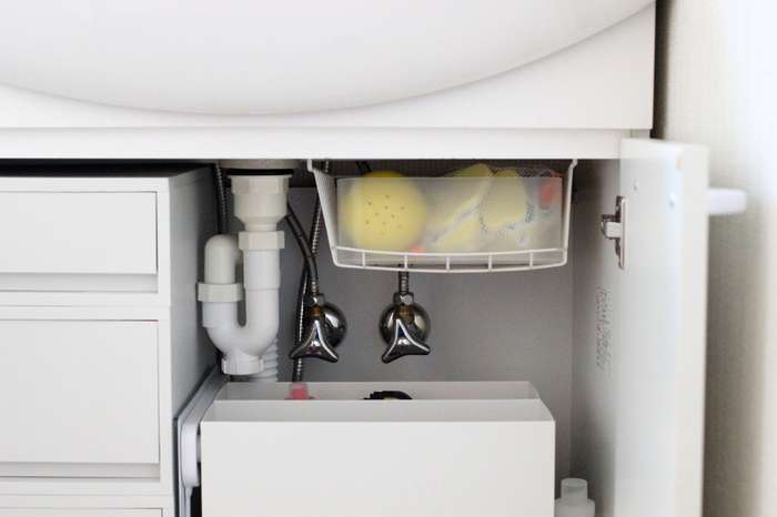 あまり重いものは置けないので、お子さんのお風呂用おもちゃを置いているそうです。これで、洗面台下のもったいなかったデッドスペースも解決ですね。