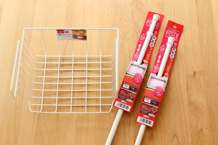 洗面台下のデッドスペースを生かすには、突っ張り棒と吊り下げバスケットがあると便利!100均のダイソーのものなので、合計わずか300円です。