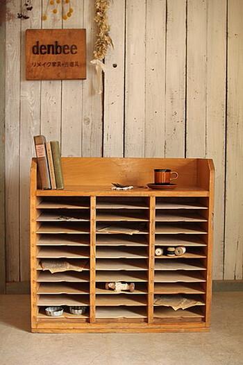 昭和でもナチュラルでも合いそうな古道具の書類棚。ところどころに小物を置いてディスプレイとしても楽しめますし、実際に書類の分類に使用しても便利ですね。