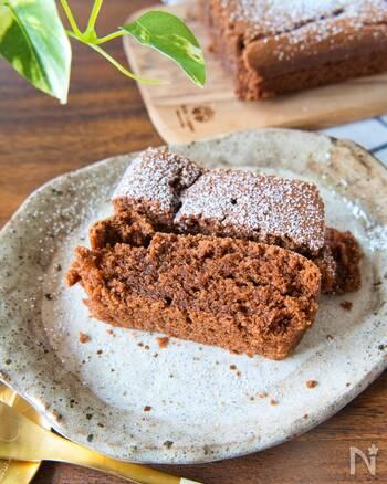 材料はたった3つ!しっとりとした生チョコケーキです。生クリームを加えて濃厚な味わいに。素朴なケーキもトッピング次第でおしゃれに仕上がります。しっかりと冷蔵庫で冷やしたほうが切り分けやすくておすすめ。急ぎのおやつとして役立つこと間違いなしです。