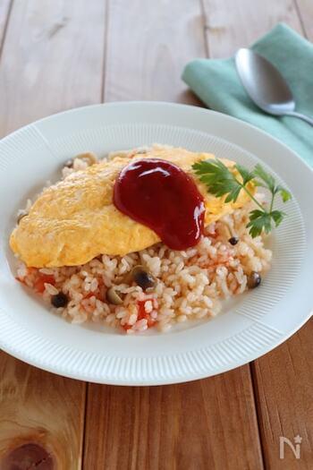 ご飯をケチャップではなくバターライスで仕上げたオムライス。風味がよくなり、洋食屋さんのような品のある味わいに。ケチャップの酸味と卵の甘みも感じやすくなります。