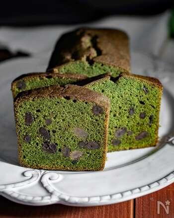 抹茶好きにはうれしい♪和スイーツはいかがですか。グリーンが映える抹茶のパウンドケーキです。甘納豆入りで食べ応えもバッチリ!仕上げにレンジで作る簡単シロップを表面に塗ると、ワンランク上の味わいを楽しめますよ。おもてなしや手土産にもおすすめです。