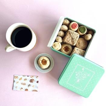 ネットでは、様々なお味と食感が楽しめる「クッキー缶」の他、自分好みのセレクトで選べる「ばら売りクッキー」も。 バレンタインや母の日など、イベントに合わせた限定缶は、売り切れ必至の人気ぶりですよ。  ぜひあなたのお気に入りのクッキーを見つけてくださいね◎  *画像/2021母の日限定クッキー缶
