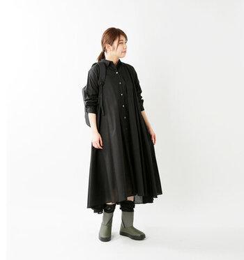 透け感のある黒のシャツワンピースを主役にしたコーディネートです。足元にはミドル丈の防水ブーツをプラス。アウトドアにも対応する高機能なブーツですが、シックな色味なのでタウンユースにもおすすめ。