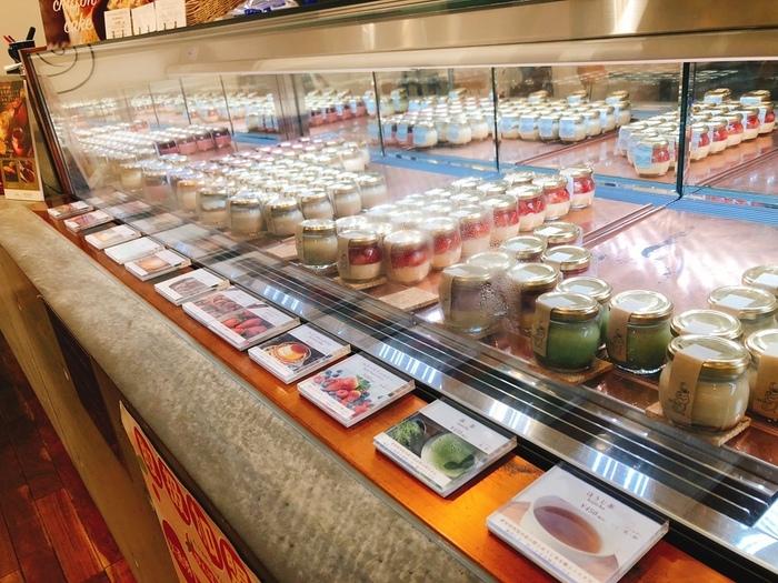 さいたま市内に3店舗を展開する「ブーケ」は、プリン専門店。  スタンダードな「ブーケプリン」、「抹茶」、「カフェラテ」、「チーズ」などの定番商品の他、「ミントグレープフルーツ」や「モンブラン」などの季節限定プリンなど、常に10種類前後が並びます。  *画像/カフェザブーケ(さいたま新都心) 内観
