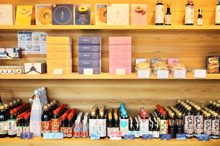 こちらはお醤油屋さんの直売ショップですが・・・よくみると、「バウムクーヘン」が!?  そう、なんと埼玉県の老舗醤油蔵「笛木醤油」が手掛けたバウムクーヘン。  しかも本業の片手間で展開していると思ったら大間違い!全国のご当地バウムが集結するイベント「バウムクーヘン博覧会」にも出店し、そこに集うバウム好きなお客様にもリピート購入&お取り寄せされるほどの確かなクオリティなのです。