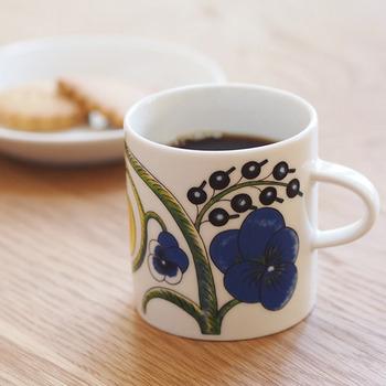 「ARABIA」は、有名な北欧食器ブランドの1つです。いきいきと描かれた大胆な柄は明るい気分にさせてくれますね。 「Paratiisi =パラティッシ」とは夏の植物をモチーフにして制作されたデザイン。ブルーやイエローを基調にして描かれた果物や植物たちは、スタイリッシュでみずみずしい印象です。