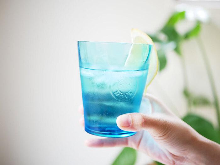 カップ表面が、ゆるやかに波を打つようなフォルムの「COSTANOVA」のグラス。透明感のあるブルーと相まって、すぐそこまで来ている夏を思い起こさせてくれます。ほんのり浮かび上がるロゴマークがワンポイント!リラックスタイムにぴったりですね。