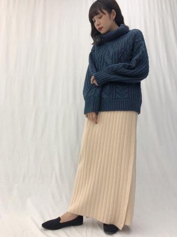 ケーブル編みのタートルニットとリブニットスカートを合わせたコーデ。上下ニットの組み合わせでも、リブニットのロングタイトスカートなら縦長ラインが強調されスッキリとした印象になります。