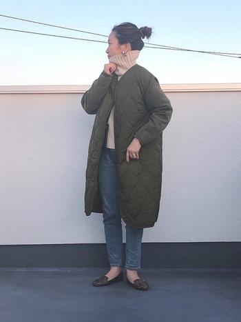 ノーカラーのキルティングコートの首元から、タートルネックを覗かせた着こなし。トップスにボリュームのあるコーデなので、ボトムスはタイトなデニムを合わせることで、スッキリとした印象に映っています。アクティブに動けるスタイルは、ママコーデとしても使えますね。