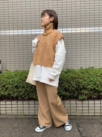 タートルニット×白シャツの組み合わせは、今年人気の重ね着スタイルです。トレンドの半袖やベストタイプのタートルニットも、オーバーサイズを選ぶことでボディラインをぼやかしてくれるのでおすすめです。