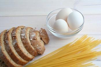 栄養が偏りがちになるパスタや菓子パンのみの食事は美肌づくりには✕。糖質をとりすぎると糖化によるくすみの原因にも。タンパク質やビタミン類を補えるよう、外食なら単品料理より定食を選んでみて。コンビニならサラダやゆで卵を追加したり、具沢山の品を選んだりすると◎