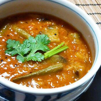 サンバルには、本来はトゥールダル(キマメ)を使うようですが、レンズ豆・緑豆・ひよこ豆の挽き割りなどでもOK。レンズ豆は、乾燥豆も水に浸さず使え、早煮えで便利です。