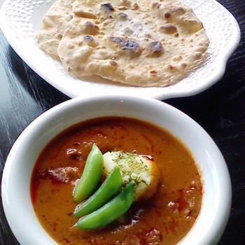 素朴な材料で作るチャパティ。生地を伸ばして、フライパンで焼くと、ぷくっと膨らんできます。バターチキンカレーなど濃厚な北インドのカレーによく合います。