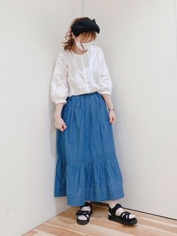 ロマンティックなブラウスに、ブルーの膝丈スカートをあわせることで、ちょっぴりアクティブな印象がプラスされ、大人のナチュラルコーデが完成。女性らしいシルエットのコーデと色使いが爽やかな組みあわせがいいですね!