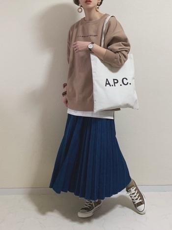 ちょっと珍しいデニムのプリーツスカート。ポリエステルを使ったTCデニム素材なので、動きも軽やかで春の装いにピッタリです。シンプルにトレーナーやパーカーと合わせても可愛いですね。