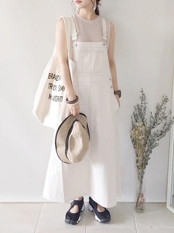 リラックス感が可愛い!白デニムのジャンパースカートは、淡色のトップスと合わせるとフェミニンに。春のピクニックなど、天気の良い青空の下が似合う着こなしです。