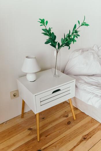 風水では、寝室に観葉植物を置くのはNG、という説もあります。土による「陰」のパワーの影響を受けてしまう、良い気まで吸い取られてしまう、などが理由です。そのため、気になる場合は、土の鉢植えではなく水差しに飾ると良いのだそう。取り入れやすい方法で実践してみましょう♪