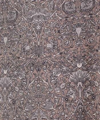 アラベスク柄とは、唐草模様や左右対称の幾何学模様などを繰り返し表す模様。モスクの壁面を飾る美術様式の名前でもあります。