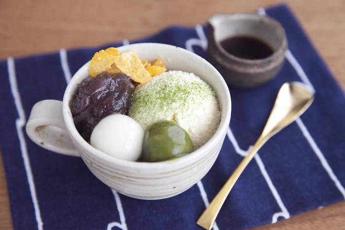 ボウルやカップにアイスや粒あんなどを並べていくだけの抹茶パフェレシピ。白玉は手作りで抹茶白玉との2種類。和風なカップに入れることで、よりお店らしい盛り付けになります。